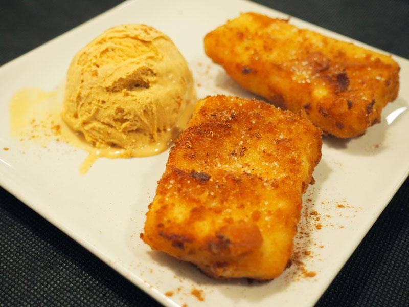 Leche frita con helado de turrón.